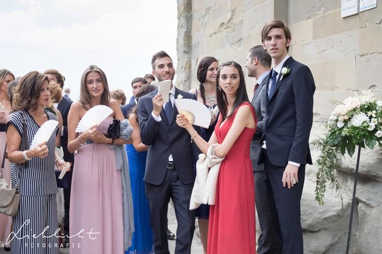 lieblicht-13-hochzeitsreportage-toskana-vor-der-kirche