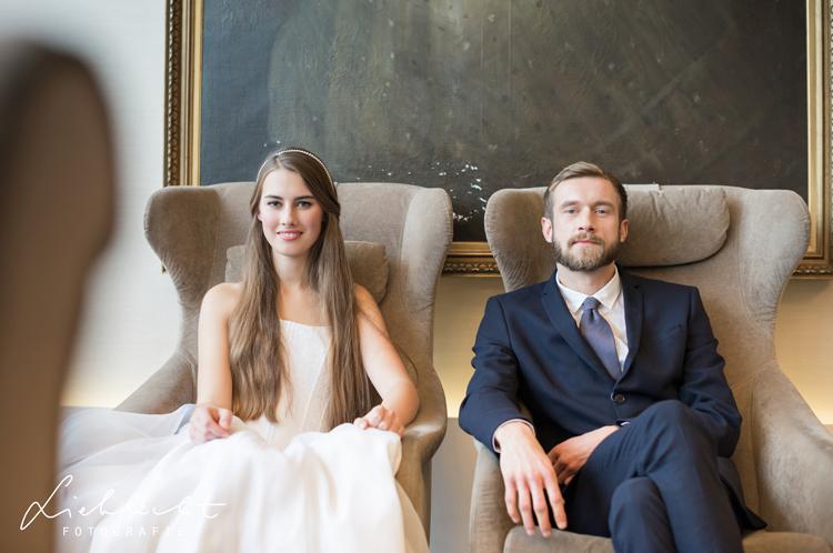 lieblicht-18-hochzeitsfotografie-indoor-braut-bräutigamfotos
