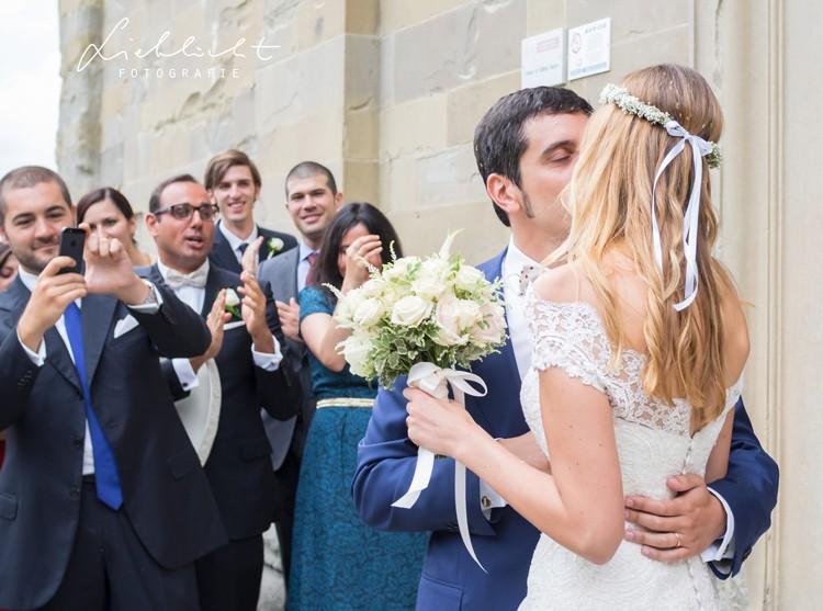 lieblicht-20-hochzeitsreportage-toskana-brautpaarfotos-kuss-