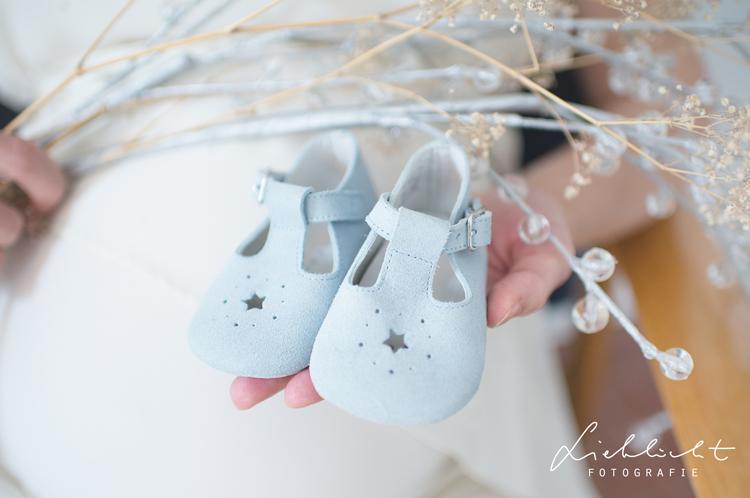 lieblicht-7-schwangerschaftsfotos-wien-babyschuhe-freude
