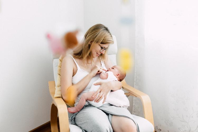 Mama und Babyportrait im Kinderzimmer